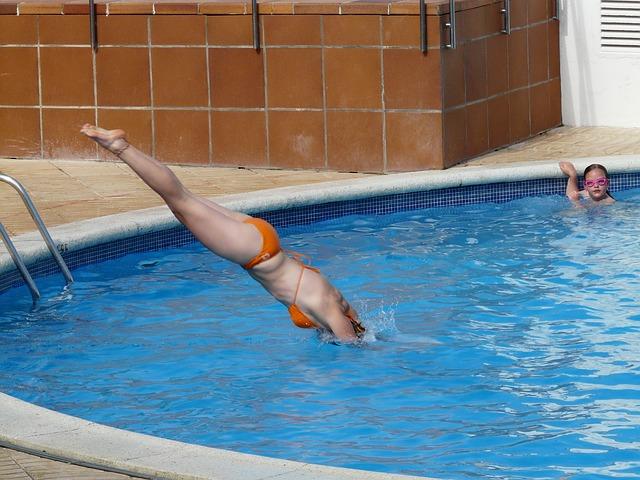 žena skáče do bazénu.jpg