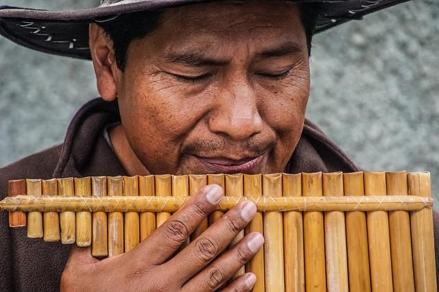 muž hraje na panovu flétnu