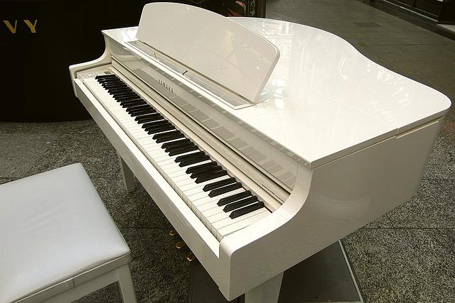 bílý klavír