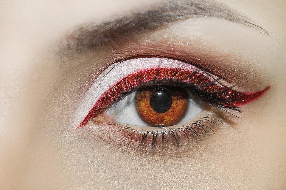 oko s červenou linkou